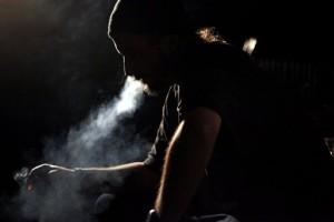 hombre fumando solo